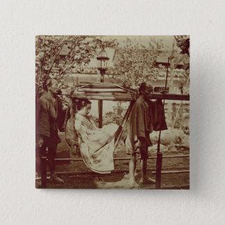 Ein Geisha, der herein einer Sänfte (Sepia-, Quadratischer Button 5,1 Cm