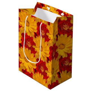 Ein Gemisch der roten und gelben Ringelblumen Mittlere Geschenktüte