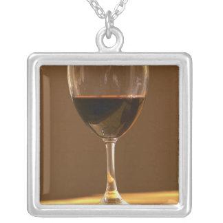 Ein Glas des roten Chateaus Belgrave im Versilberte Kette