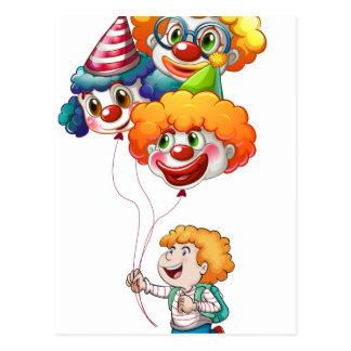 Ein glücklicher junger Mann, der Clownballone hält Postkarte