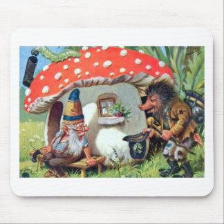 Ein Gnome, der in einer Pilz-Hütte lebt Mauspads