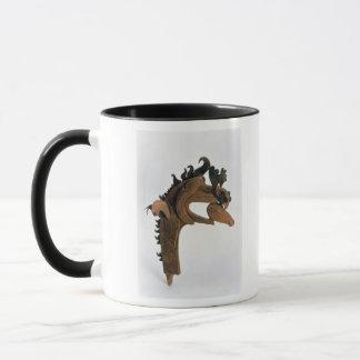 Ein Greif, der ein Rotwild in seinem Schnabel hält Tasse