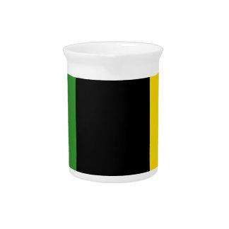 Ein greller Schlag der jamaikanischen Farben Getränke Pitcher