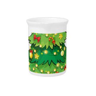Ein grüner Weihnachtsbaum mit funkelnden Lichtern Getränke Pitcher