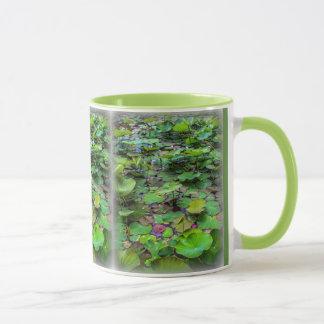Ein hübscher Teich voll der Lilienauflagen an Tasse