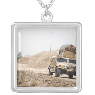 Ein Humvee leitet Sicherheit Versilberte Kette