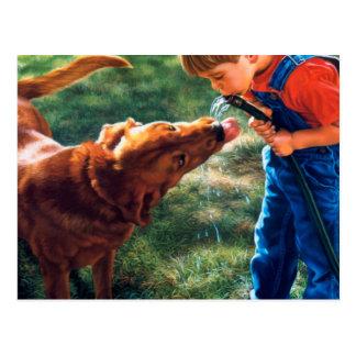 Ein Junge und sein Hund wässern den bunten Postkarten