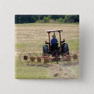 Ein junger Junge, der ein Traktorernten fährt Quadratischer Button 5,1 Cm