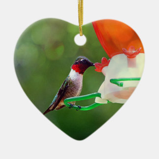 Ein karminroter Throated Kolibri Keramik Ornament