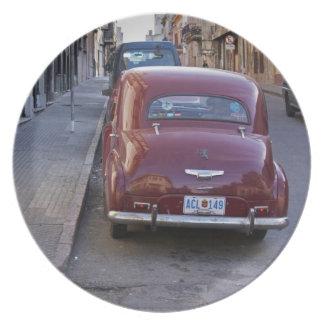 Ein klassisches altes rotes Peugeot-Auto parkte au Teller