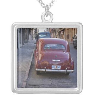 Ein klassisches altes rotes Peugeot-Auto parkte Versilberte Kette