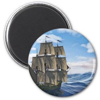 Ein Korvette-Segelschiff-Segeln an einem ruhigen Runder Magnet 5,7 Cm