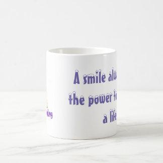 Ein Lächeln hat immer den Power, ein Leben zu Kaffeetasse