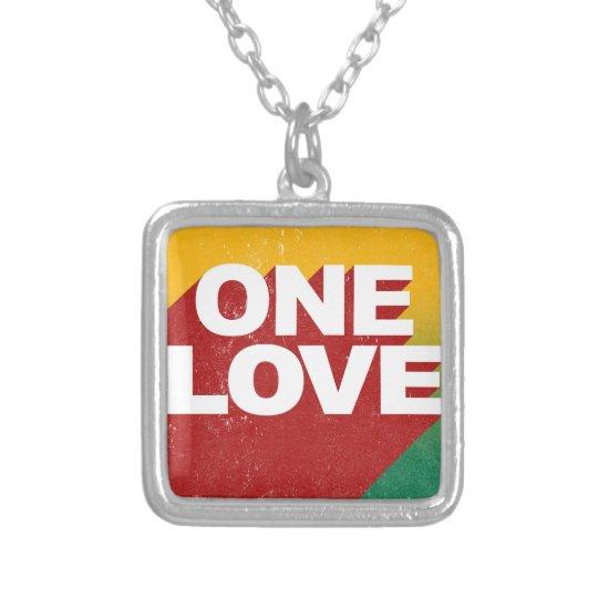 Ein Liebe-Plakat Halskette Mit Quadratischem Anhänger