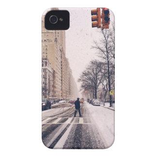 Ein Mann, der nach Westen ein Snowy-Central Park iPhone 4 Hülle