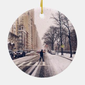 Ein Mann, der nach Westen ein Snowy-Central Park Rundes Keramik Ornament