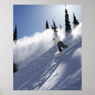 Ein männlicher Snowboarder, der Pulver in Idaho ze Poster