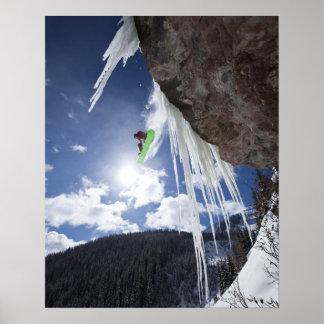Ein männlicher Snowboarder springt weg von einem E Posterdruck
