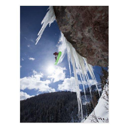Ein männlicher Snowboarder springt weg von einem E Postkarte