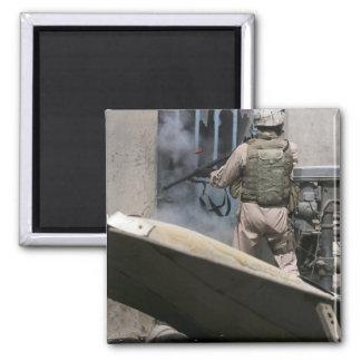 Ein Militärpolizist verwendet um durchbrechen Quadratischer Magnet