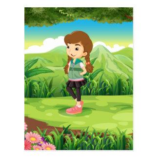 Ein modernes junges Mädchen am Wald Postkarten