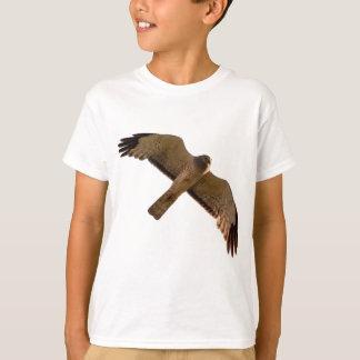 Ein Nordgeländeläufer steigt oben an T-Shirt