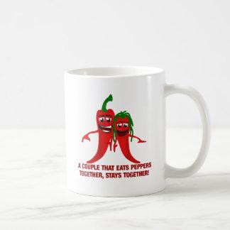 Ein Paar, das Paprikaschoten zusammen isst, bleibt Kaffeetasse