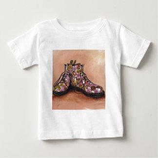 Ein Paar gehütete blumige Stiefel Baby T-shirt