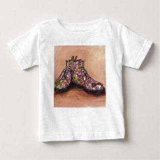 Ein Paar Lieblingsblumenstiefel Baby T-shirt