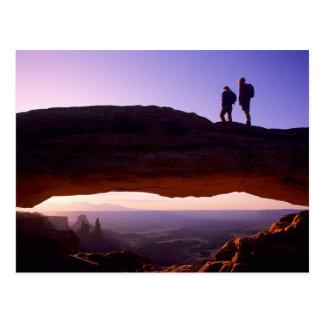 Ein Paar passt Sonnenaufgang von auf MESA-Bogen Postkarte