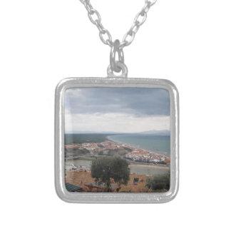 Ein Panoramablick der Toskana-Küstenlinie in Casti Versilberte Kette