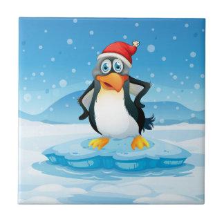 Ein Penguin, der Sankt Hut stehend über einem IC Fliese