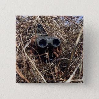Ein Pfadfinderbeobachter übt Beobachtung techniqu Quadratischer Button 5,1 Cm