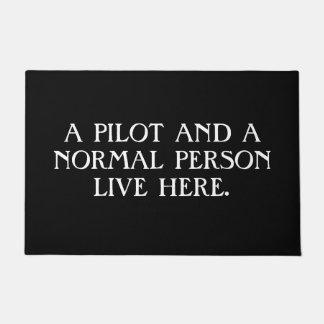 Ein Pilot und eine normale Person Live hier. Türmatte