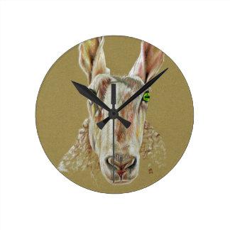 Ein Porträt eines Schafs Runde Wanduhr