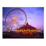 Ein Riesenrad und ein Karussell am Marine-Pier her Postkarten