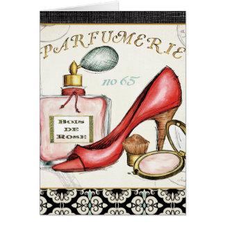 Ein roter Schuh, eine Flasche Parfüm und erröten Grußkarte