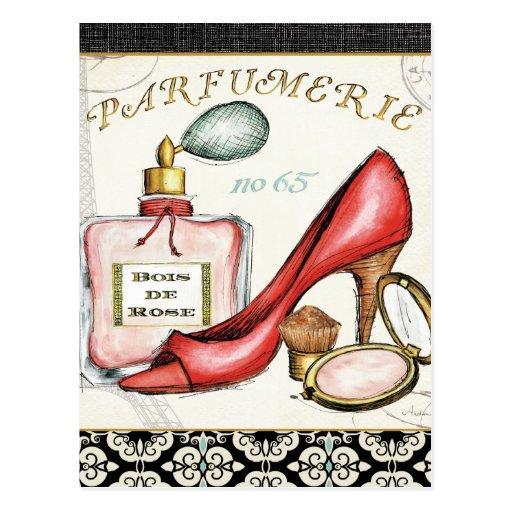 Ein roter Schuh, eine Flasche Parfüm und erröten Postkarten