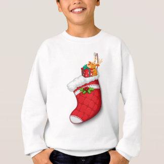 Ein Rotwild, welches das Geschenk über der roten Sweatshirt