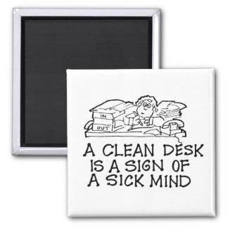 Ein sauberer Schreibtisch ist ein Zeichen eines Quadratischer Magnet