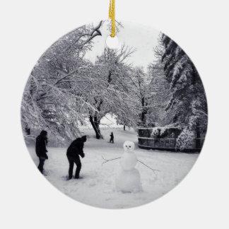 Ein Schneeball-Kampf im Central Park Rundes Keramik Ornament