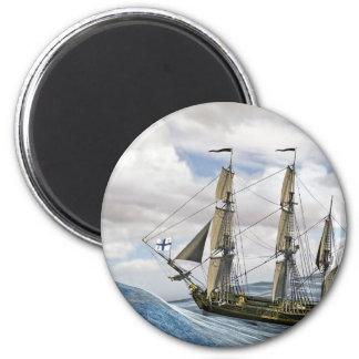 Ein schwarzes Korvette-Segeln zwischen großen Runder Magnet 5,1 Cm