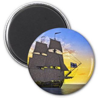 Ein schwarzes Korvette-Segelschiff vor dem Sun Runder Magnet 5,7 Cm