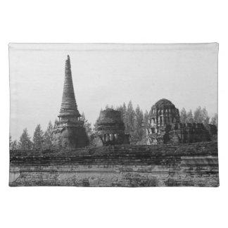 Ein Schwarzweiss-Bild eines alten Tempels Stofftischset
