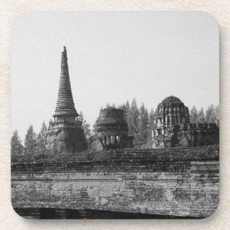 Ein Schwarzweiss-Bild eines alten Tempels Untersetzer