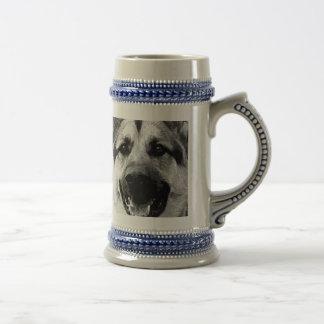 Ein Schwarzweiss-Schäferhund-Hund Bierglas