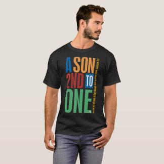 Ein Sohn an zweiter Stelle bis einen T-Shirt