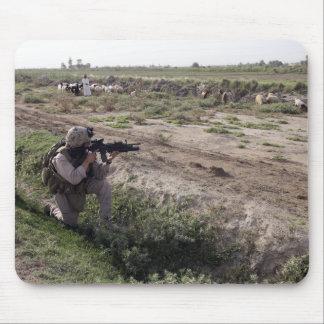 Ein Soldat scannt den Abstand Mousepads