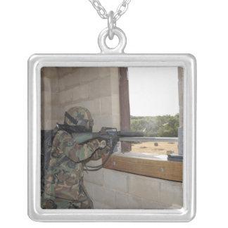 Ein Soldat tritt als eine Oppositionskraft auf Versilberte Kette