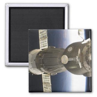 Ein Soyuz Raumfahrzeug backdropped durch Erde Quadratischer Magnet